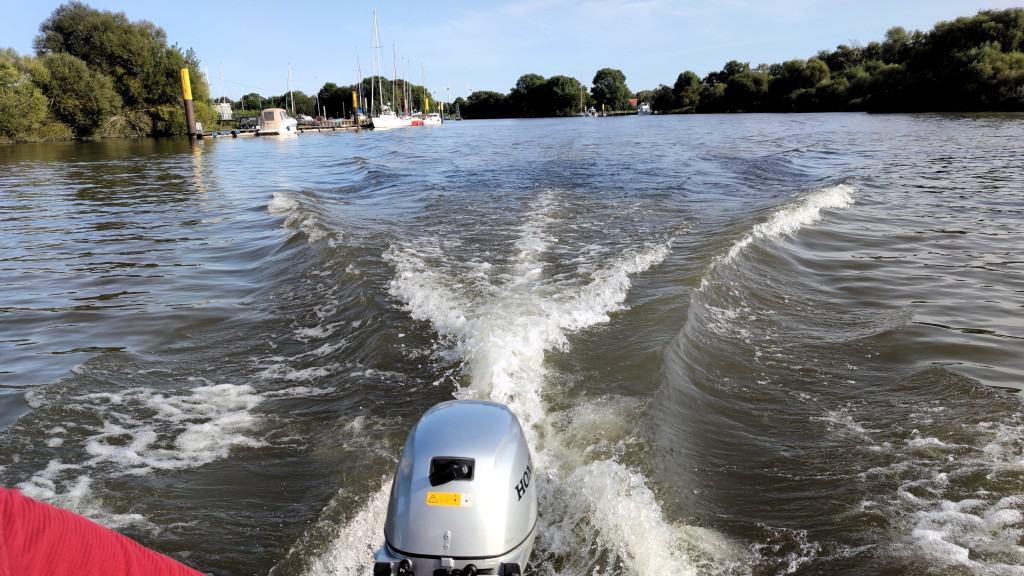 Motor mit Heckwelle vom Schlauchboot Zodiac