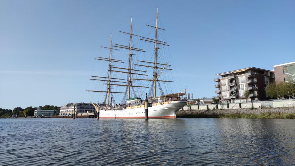 Schulschiff Deutschland vom Schlauchboot Zodiac aus